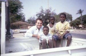 Javier Polo con niños de Angola