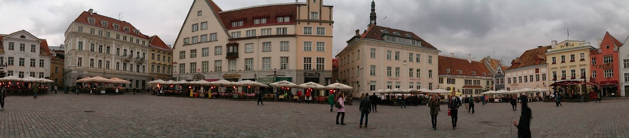 Panorámica plaza del Ayuntamiento de Tallín (Estonia)